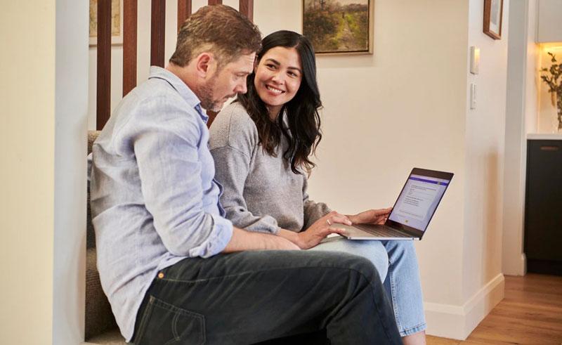 Pareja simulando un préstamo para su hogar
