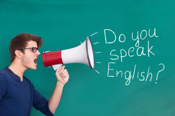 Hombre con megáfono gritando hablas inglés