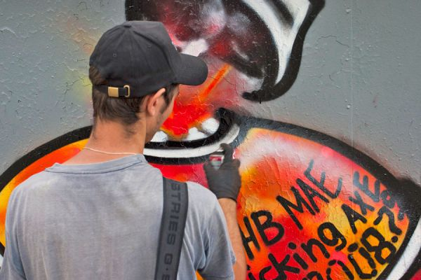 Cómo pintar un graffiti. Tips para hacer un graffiti en un muro.