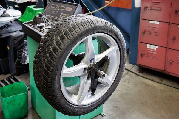 Cómo revisar el desgaste de los neumáticos. Revisar las llantas del vehículos. Tips para hacer una revisión de los neumáticos del coche