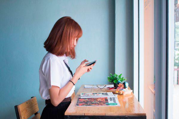 Revisar el móvil es un habito de procrastinación muy común