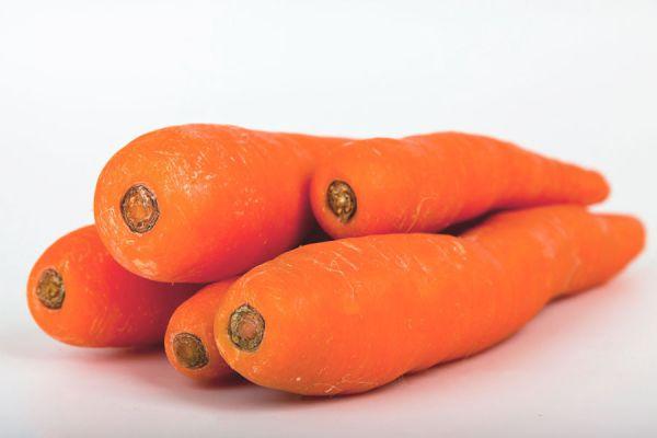 Ingredientes para preparar pastel de zanahoria. Preparación de un pastel de zanahorias casero. Receta fácil para hacer torta de zanahoria