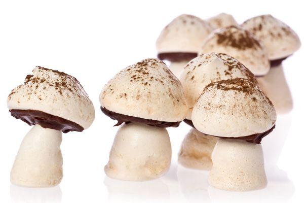 Pasos para preparar bocaditos de merengue bañados en chocolate. Receta simple y rápida para hacer merengues con chocolate