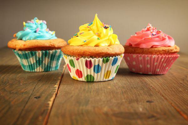 Preparación de un cupcake gigante en casa. Molde para hacer un cupcake gigante. Ingredientes para preparar un cupcake gigante en casa