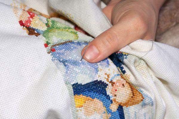 Cómo usar la tela aida para hacer bordados. Trabajos en punto cruz con tela aida. Consejos para elegir la tela aida para hacer manualidades