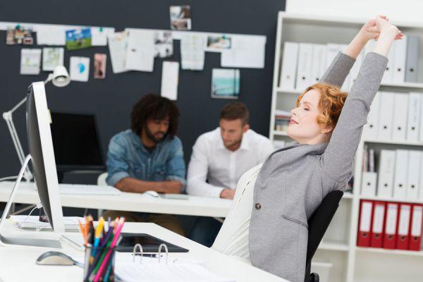 Cómo ejercitarte durante las horas de trabajo. 4 ejercicios simples para practicar en la oficina. Tips para ejercitarse en la oficina