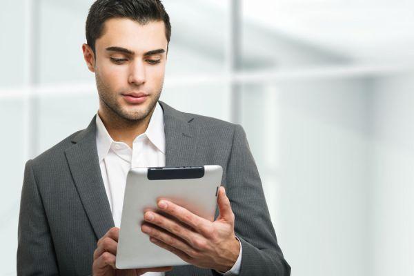 Cómo convertir voz a texto con Siri. Conoce los comandos de voz para dictarle al iPad.