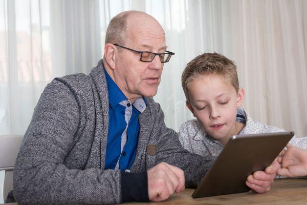 4 aplicaciones útiles para personas de la tercera edad. Cómo asisitir a ancianos con el aplicaciones. 4 apps útiles para adultos mayores.