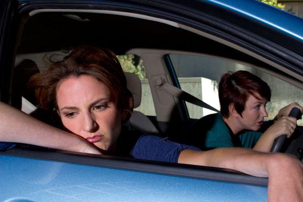 Consejos para evitar nauseas y mareos en el coche. 10 trucos para evitar nauseas al viajar en auto. Métodos para evitar nauseas en el auto
