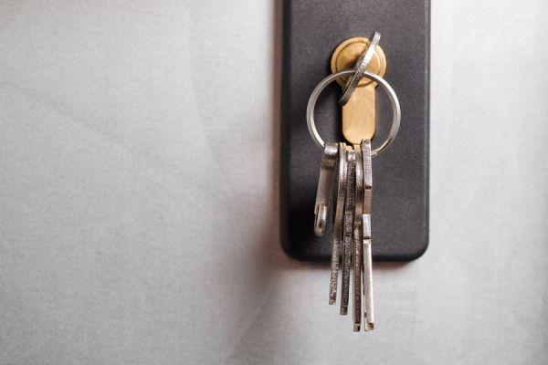 La razón por la que la puerta se cierra con la llave dentro