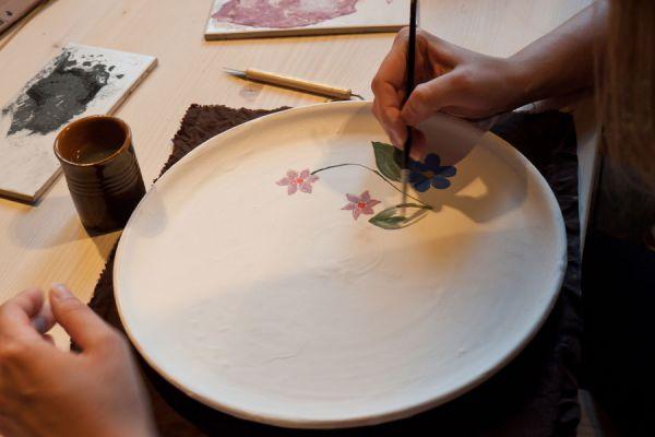 Técnica para decorar platos de vidrio. Cómo pintar platos de vidrio. Pasos para decorar platos de vidrio con decoupage.