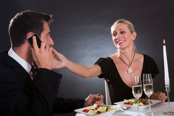 Temas que no hay que hablar en la mesa de un evento. Conversaciones que debes evitar en una mesa formal. De qué hablar en un evento social?