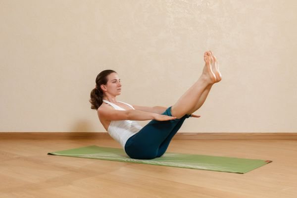 4 asanas de yoga intermedias. Nivel intermedio de yoga. 4 asanas para practicar de pie o sentado. Posturas de yoga en nivel intermedio
