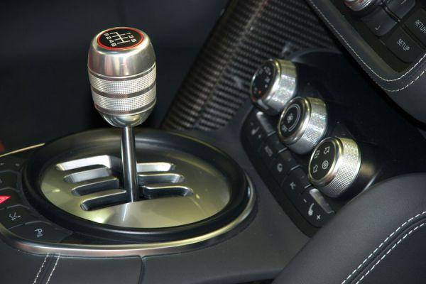 Palanca de cambios de un coche manual. Conducir un vehículo con marcha manual. Guía para conducir con caja manual.