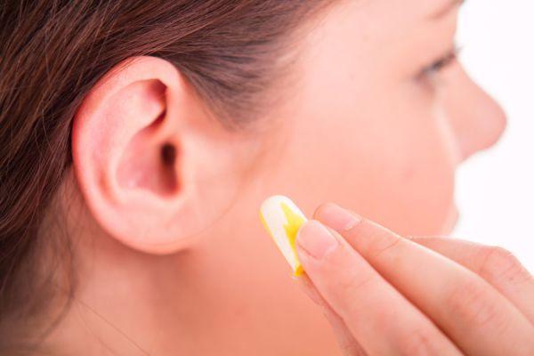 Técnicas para destapar los oídos con cera. Cómo usar alcohol para destapar los oídos. Consejos para destapar los oídos. Quitar agua de los oídos