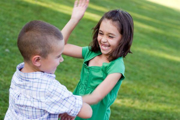 Claves para corregir a niños que golpean. Qué hacer para corregir a un niño que pega. Tips para corregir a niños golpeadores.