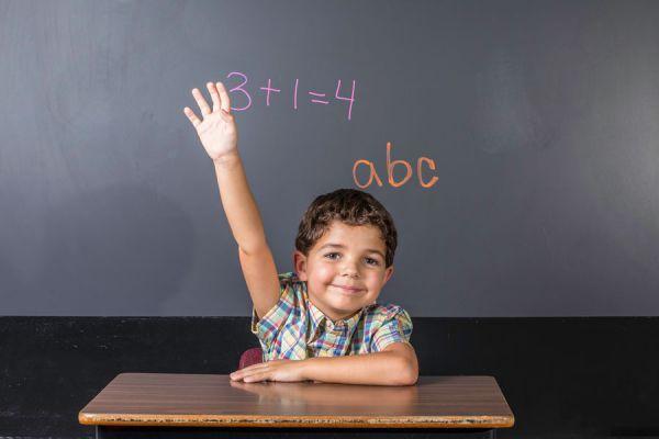 Cómo corregir a un niño que interrumpe. Tips para enseñar a los niños a no interrumpir a los adultos. Evitar que los niños interrumpan