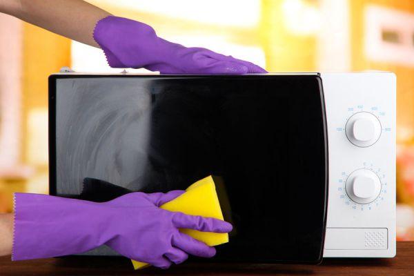 Claves para limpiar el microondas. Tips para hacer una limpieza profunda del microondas. Remedios caseros para limpiar el microondas