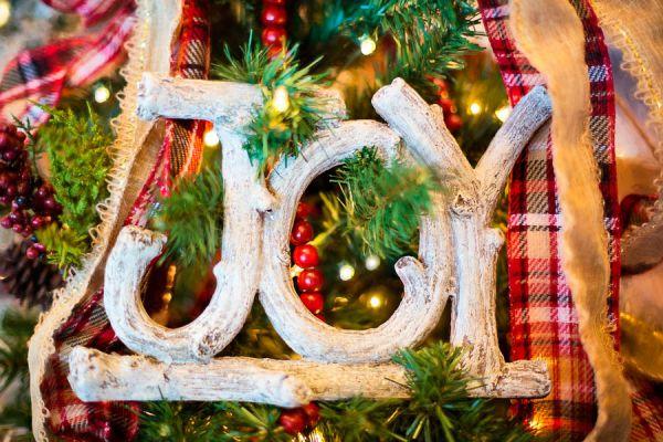Claves para renovar un pino de navidad viejo. Consejos para renovar un viejo pinito navideño. Cómo decorar un arbol de navidad roto