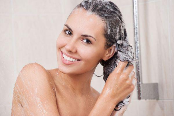 Lavar el pelo con tratamientos caseros ayudará a repararlo