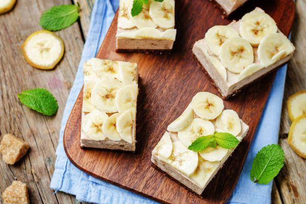 Porciones de postres caseros con banana sin cocción
