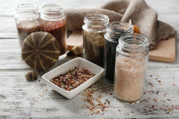 Frascos con distintos tipos de sal negra. La del himalaya puede tener diversos colores.