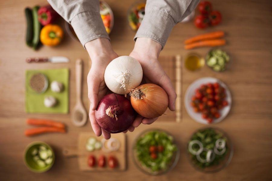 Las variedades de cebolla y sus colores. Cada una aporta un sabor diferente en la cocina