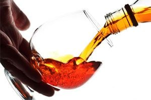 Ilustración de Cómo mejorar la calidad del alcohol para hacer licores o cócteles