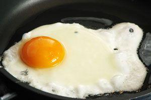 Ilustración de C&oacutemo hacer para que no se Peguen los Huevos Fritos