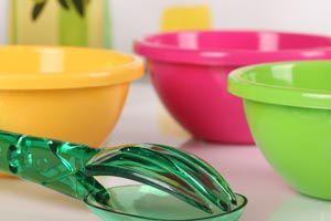 Ilustración de Cómo limpiar recipientes de plástico