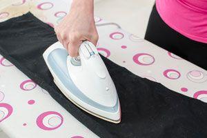 Ilustración de Cómo planchar pantalones de corderoy