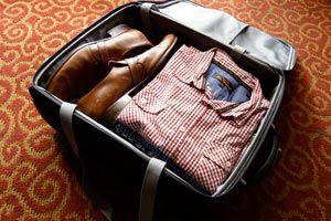 Ilustración de Cómo quitar las arrugas de la ropa guardada en una maleta