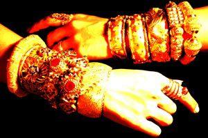 Ilustración de Cómo evitar que los anillos y las pulseras manchen la piel
