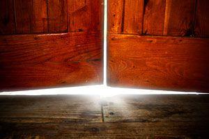 Ilustración de Cómo arreglar una puerta que roza