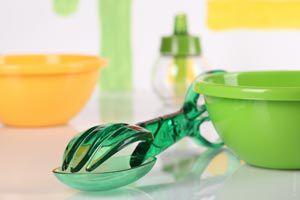 Ilustración de Cómo limpiar los recipientes de plástico manchados