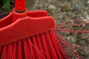 Ilustración de Cómo limpiar escobas y escobillones