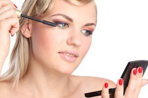 Cómo maquillarse los ojos sin mancharse el rostro