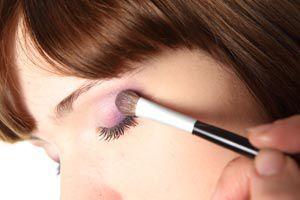 Ilustración de Cómo maquillarse según el color de cabello