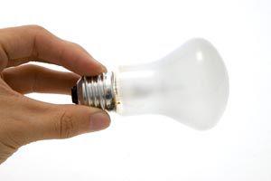 Cómo cambiar una bombilla de luz rota