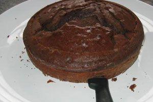 Ilustración de Cómo cortar una torta en dos capas iguales