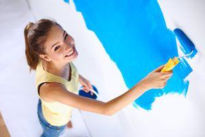 Mujer pintando una pared nueva