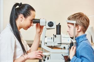 Ilustración de Cómo detectar problemas de visión en los niños