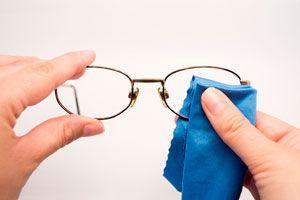 Trucos simples para limpiar los lentes. Cómo quitar el polvo y mancha de los lentes. Métodos caseros para limpiar los lentes