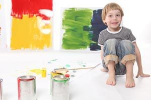 Ilustración de Cómo estimular a un niño en las actividades plásticas