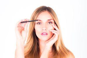 Ilustración de Cómo maquillarse las cejas