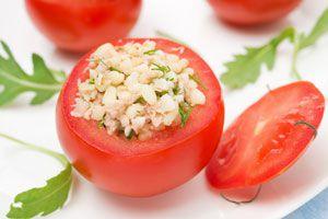 Preparación de los tomates rellenos. Cómo hacer tomates rellenos en el microondas.