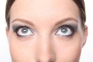 Ilustración de Cómo maquillarse con lentes de contacto
