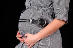 Ilustración de Quinto mes de embarazo, desarrollo del bebé y cambios en la mamá