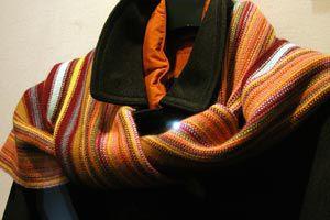 Ilustración de Cómo combinar la bufanda y el pañuelo si eres hombre