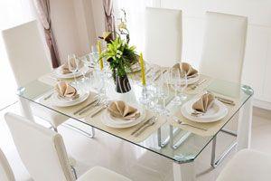 Ilustración de Cómo decorar una mesa elegante